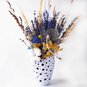 Ваза декоративная, небесно-голубая с букетом из сухоцветов